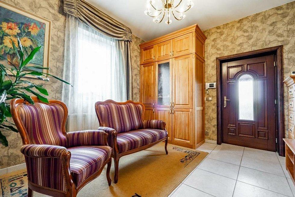 K zahození by určitě nebyl ani tento dům v Hájku a jeho interiér, který nabízí Remax. Cena není veřejná.