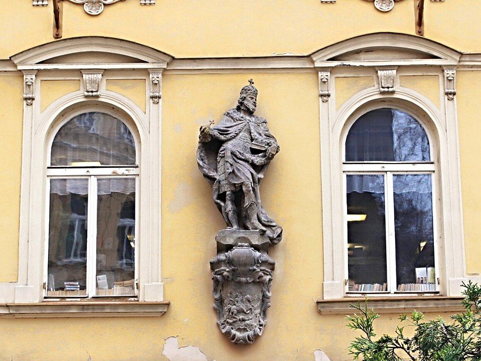 Jsou dominantou řady měst a pamatují staletí. Zub času, a mnohdy také vandalové, se na mnoha uměleckých dílech tak podepsal, že bez pomoci restaurátorů by sochy nenávratně zmizely v zapomnění. Odborníci tak pomohli i této soše Karla IV. v Karlových Varech