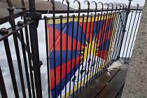 Boží Dar – Vlajka pro Tibet, vlajka za svobodu, zavlála jako každoročně na božídarské radnici. Letos je k 60. výročí Tibetského národního povstání i na střeše Krušných hor Klínovci. Na Klínovci, kde během víkendu panovaly zhoršené klimatické podmínky a ze