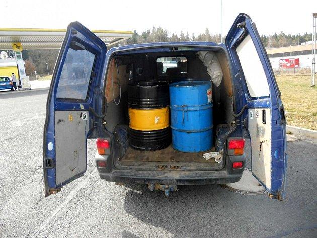 Při prohlídce vozidla celníci nalezli čtyři plechové sudy o objemu 200 litrů.