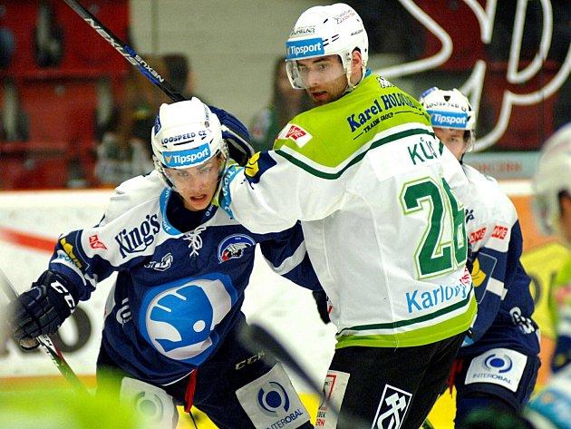 PŘI EXTRALIGOVÉM derby mezi Karlovými Vary a Plzní to tradičně jiskří. A to nejen na ledové ploše, ale také mezi fanoušky.