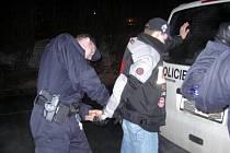 TŘICETILETÉHO MUŽE, po němž pátrali karlovarští kriminalisté, zadrželi policisté v souvislosti s pácháním trestné činnosti.
