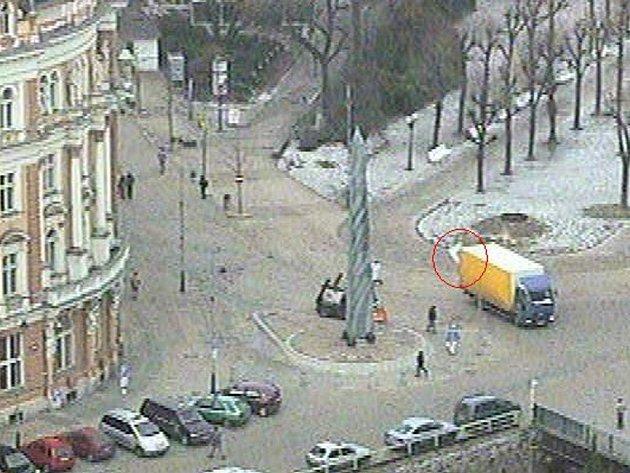 Usvědčující záběr. Řidič nákladního auta při couvání porazil značku označující začátek pěší zóny.