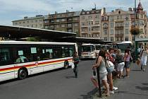Autobusy MHD se ve 13.00 zastavily na deset minut.
