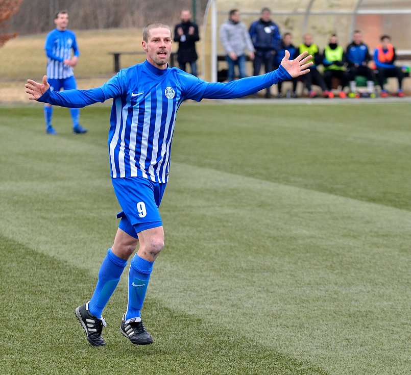 Vstup do jarní části krajského přeboru měli fotbalisté ostrovského FK (v pruhovaném) vítězný. Na svém hřišti deklasovali v poměru 8:0 chodovský Spartak (v červenočerném).