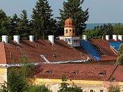 Mílovými kroky postupuje oprava zámku ve Štědré. Polorozpadlý a zanedbaný objekt se nyní pyšní novou střechou a práce na jeho záchraně pokračují.