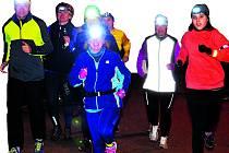 626. Tolik běžců absolvovalo 3. ročník Běhu s čelovkou. Mezi startujícími nechyběla početná skupina chodovského ŠAKu v čele s Miloslavem Zítkou (vlevo).