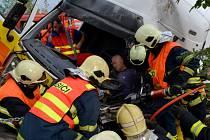 Nehoda u Jenišova. Pro těžce zraněného řidiče přiletěl vrtulník.