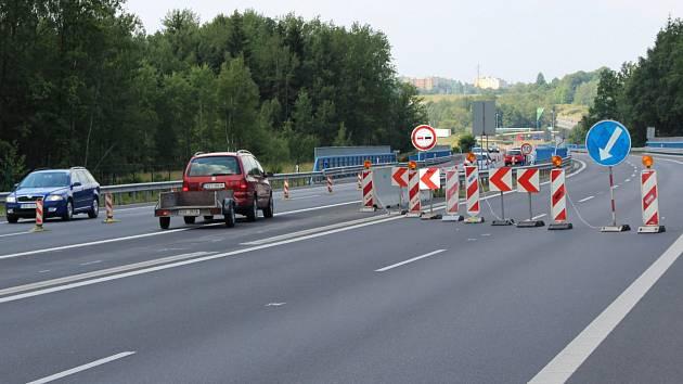 ŘIDIČI POZOR, ZPOMALTE. Uzavírka části mostu je řádně označená, opatrnost je přesto na místě.