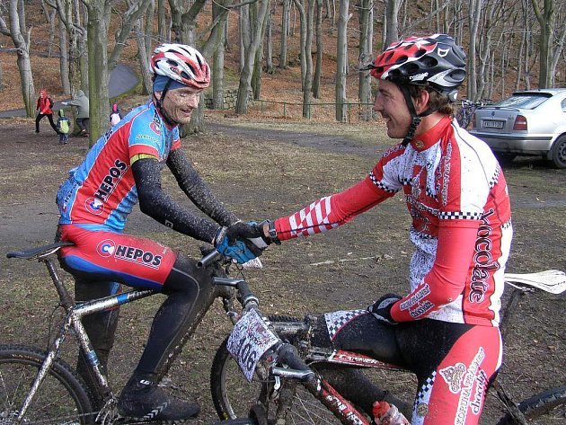 Ladislav Fabišovský (vpravo) z Ostrova zvítězil stylem start cíl ve druhém díle BAHNO 2008. Druhou příčku si vyjel plzeňský Tomáš Kozák (vlevo).