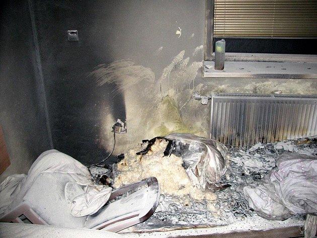Profesionální hasiči z Karlových Varů vyjeli v neděli 8. listopadu ve čtyři hodiny ráno k požáru hotelového pokoje do obce Březová na Karlovarsku.