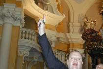 POHLEĎTE VZHŮRU! Tak hřímal už před lety děkan Jiří Hladík před zástupci karlovarského magistrátu i regionálních médií a ukazoval praskliny na stropě chrámu. Ty se časem stále zvětšují.
