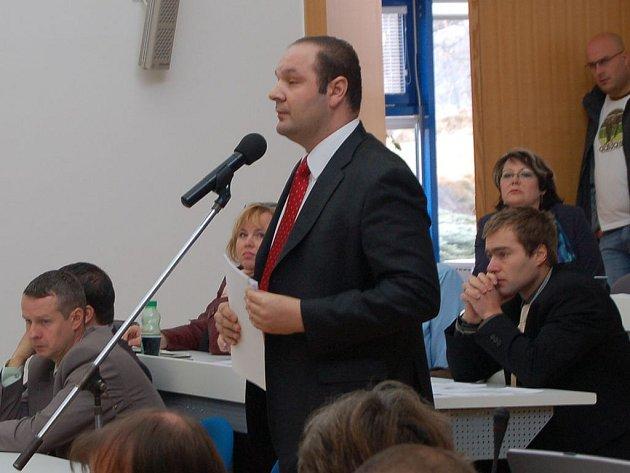 Marian Odlevák (u mikrofonu)