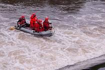 V BUBNU RADOŠOVSKÉHO JEZU nacvičovali záchranu tonoucích hasiči z Karlovarska.
