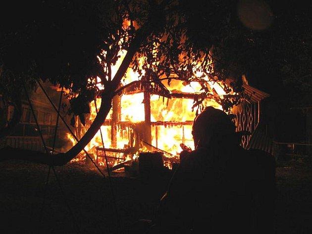 K požáru zahradní chatky vyjely v pátek před půlnocí tři hasičské cisterny.