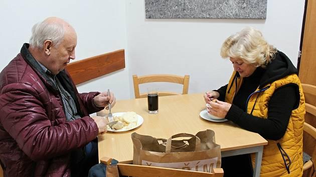 Dnes a zítra je poslední den, kdy se můžete v restauraci najíst normálně u stolu. Od pátku si koupíte už jen jídlo s sebou.