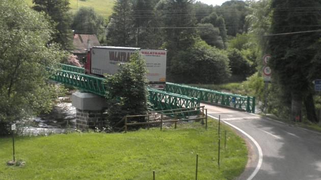 Fotografie jsou důkazem, že někteří řidiči kamionů nerespektují dopravní značení a vjíždějí na most.