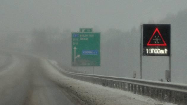 Dopravu v Karlovarském kraji komplikuje sněžení.