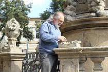 JEDEN Z POŠKOZENÝCH kamenných prvků, které jsou součástí historického morového sloupu na žlutickém náměstí.