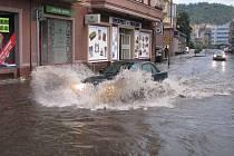 Bouřka s přívalovým deštěm řádila v sobotu pře 19 hodinou v Karlových Varech. U Čertova ostrova z toho byla lokální potopa.