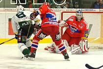 Ze zápasu 23. kola hokejové extraligy Energie Karlovy Vary (v bílém) - Mountfield České Budějovice.