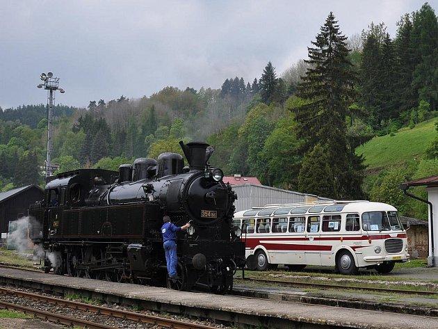 V rámci oslav Dne dopravy a deseti let existence přeshraničního integrovaného dopravního systému Egronet se v sobotu odpoledne setkala na nádraží v Bečově parní lokomotiva řady 384.195 s legendárním autobusem Škoda 706 RTO.