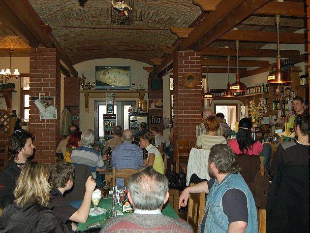 Fandí se i v Evropáku. Ventura Pub v Karlových Varech není klasická sportovní restaurace, ale přesto zde lidé rádi fandí HC Energii.