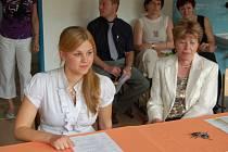 Maturity. Přestože je pro studenty maturitní zkouška vždy hodně o stresu, dokáží si zachovat dobrou náladu. Na snímku soustředěná maturantka Diana Macečková ze Střední pedagogické školy a gymnázia Karlovy Vary.