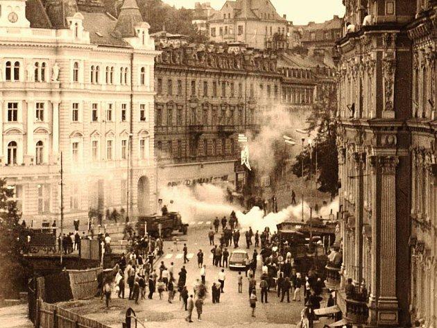 Přirozené centrum města u Hlavní pošty zažilo již mnoho vzrušených okamžiků. Ráno 21. srpna 1968 patřilo k těm nejhorším. Rachot tanků, křik místních lidí a dokonce ostrá střelba nad jejich hlavy, tak vypadala okupace Karlových Varů.