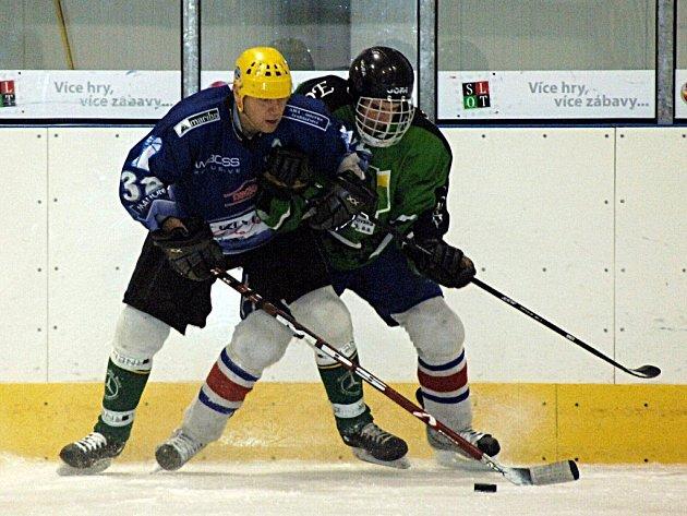 Jistý vítěz krajského hokejového přeboru HC Mattoni Ostrov (v modrém) hostil o víkendu celek Vřesové.