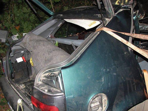 Trosky auta, ve kterém v Nejdku zahynuli tři lidé. Další dva lidé podlehli zraněním v nemocnici: Devětatřicetiletá žena zemřela v sobotu 30. srpna a osmnáctiletý chlapec zemřel 5. září.