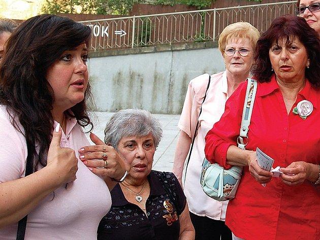 Ještě čtyřikrát bude muset ředitelka Dana Neumannová (vlevo) vysvětlovat návštěvníkům Operafestu, že byla představení zrušena.
