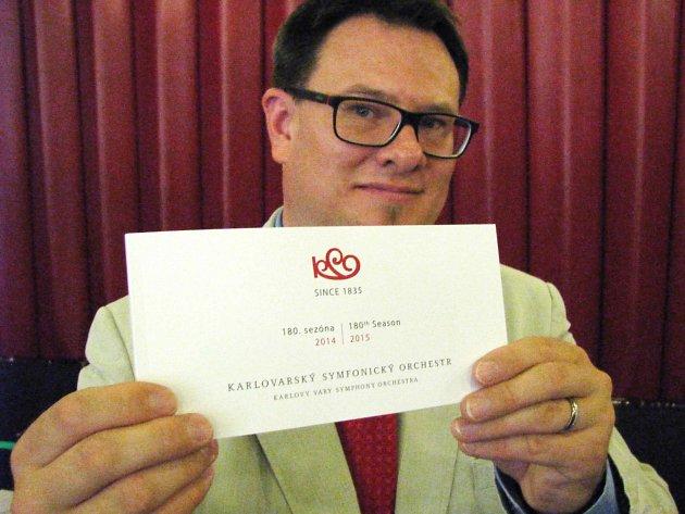 ŘEDITEL karlovarských symfoniků Šimon Kaňka představuje tištěného průvodce jubilejní 180. koncertní sezonou.