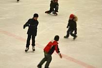 Na led KV Areny nenastupují pouze hokejisté, šanci má také veřejnost. V KV Areně se pořádá totiž pravidelné veřejné bruslení.