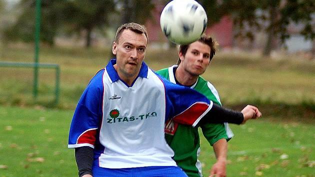 Fotbalisté Dvorů (modrobílém) si na půdě hroznětínské rezervy (v zeleném) připsali na své konto pátou podzimní výhru, tentokrát v poměru 2:1.