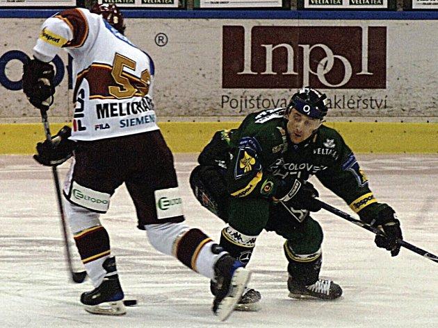 Obránce Miroslav Duben se snaží zastavit unikajícího Tibora Melichárka. Sparťanský forvard byl nakonec rychlejší a karlovarský obránce si musel pomoci faulem.