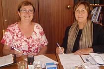 Prozatímní ředitelka. Jitka Rudolfová (na snímku vlevo vedle bečovské starostky Olgy Halákové) povede školu do doby, než bude vyhlášeno řádné výběrové řízení.