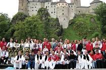 Mezinárodní folklorní odpoledne se koná v přírodním divadle pod hradem v Lokti.