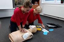 Obsluha defibrilátoru je poměrně snadná a přístroj sám dokáže zachraňujícímu napovědět, jak postupovat. Všechny jeho uživatele přesto čeká důkladné proškolení.