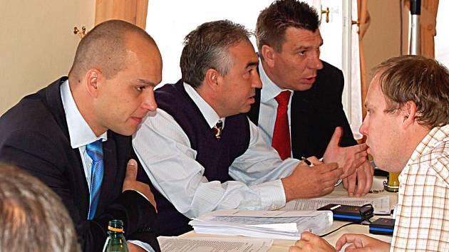 Václav Tomášek (vlevo) na zasedání zastupitelstva města.
