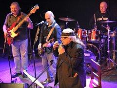 AKTUAL  vyjel na turné, které bude poslední možností kapelu s Milanem Knížákem v čele ještě vidět a slyšet.