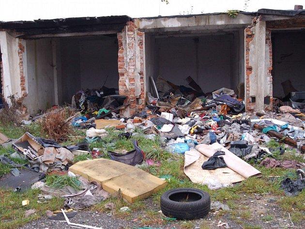 MÍSTEM ČASTÉHO výskytu černých skládek je stará kolonie garáží v Jabloňové ulici.