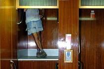 Když se výtah neplánované zastaví, rázem je tu problém.