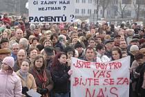 Demonstrace zdravotníků před krajským úřadem.