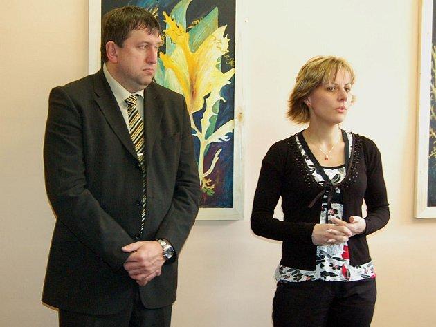 Vedoucí intervenčního centra. Kateřina Štěpánková (na snímku s náměstkem hejtmana Miloslavem Čermákem) věří, že detašovaná pracoviště pomohou řešit případy domácího násilí.