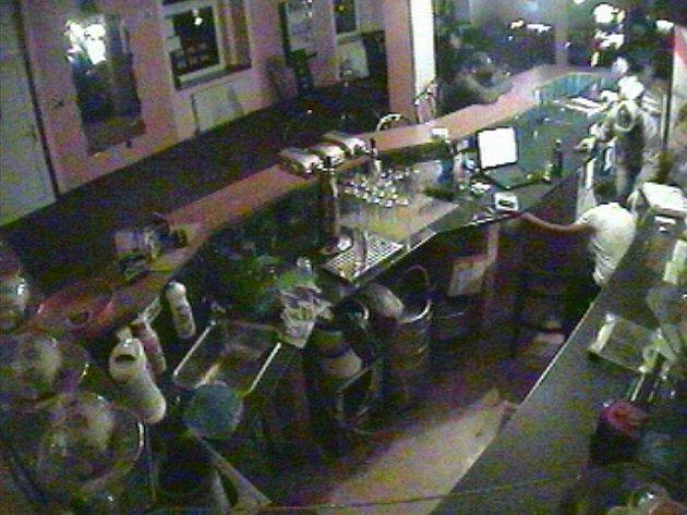 Na snímku z bezpečnostní kamery sokolovské herny Flori v Nádražní ulici je zachycen moment, kdy lupič oblečený do světlého (zcela vpravo) donutil barmana, aby si lehl na zem. Druhý z lupičů, který se halil do černého, sedí na baru.