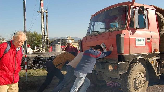 AUTA NEPROJELA. Protestujícím Karlovarákům se včera znovu podařilo na hodinu zastavit práce na multifunkční hale.