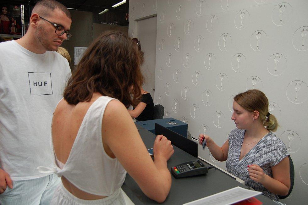 Foayer hotelu Thermal už zaplnili filmoví nadšenci. Dnes začal volný prodej vstupenek na 54. ročník Mezinárodního filmového festivalu.