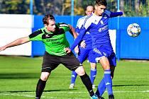 Dva body urval ve šlágru podzimu na svém hřišti nejdecký FK v souboji s lídrem tabulky z Královského Poříčí (v zeleném).