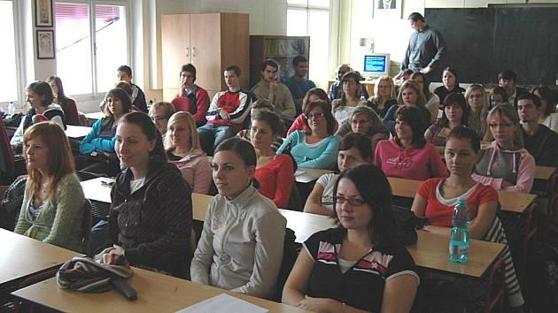 Beseda s europoslancem Jaroslavem Zvěřinou studenty zaujala.